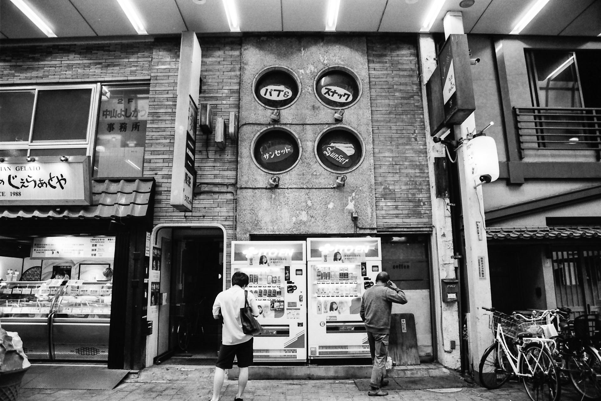 浅草の商店街 Canon EOS-1, EF 17-40mm F4L USM, Rollei RPX 400