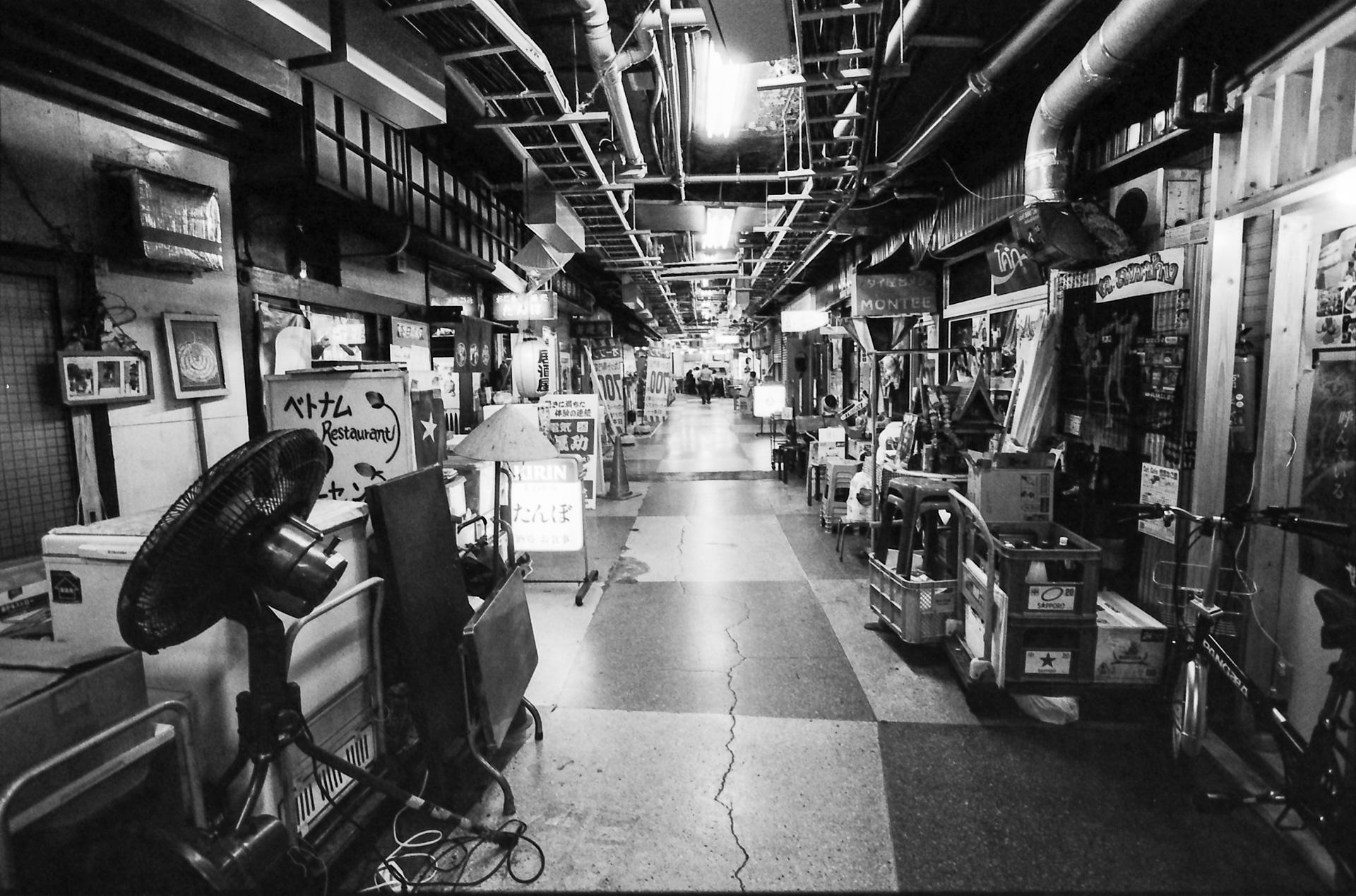 国際色豊かな浅草地下街 商店街 Canon EOS-1, EF 17-40mm F4L USM, Rollei RPX 400