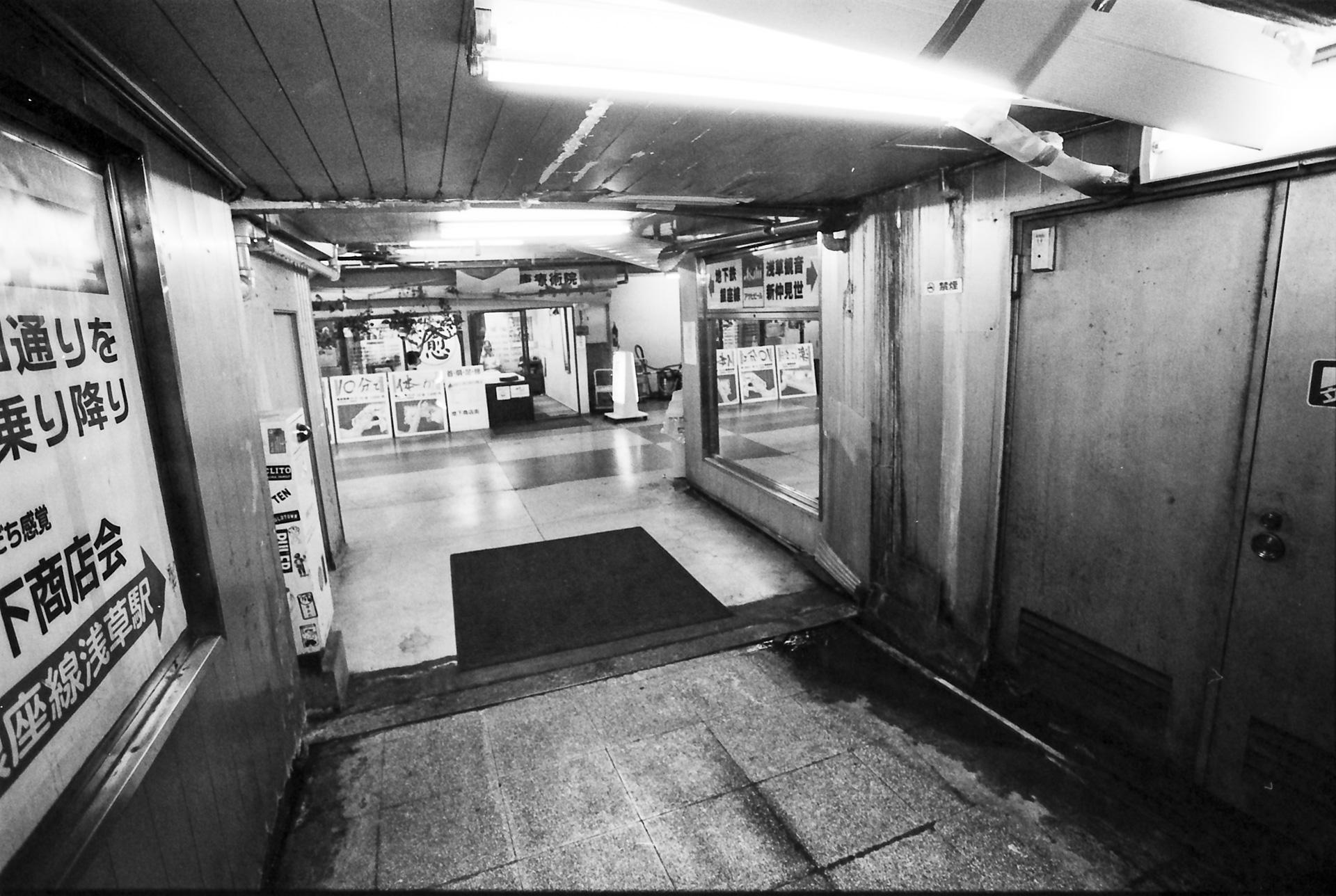 浅草地下街 出入り口 Canon EOS-1, EF 17-40mm F4L USM, Rollei RPX 400