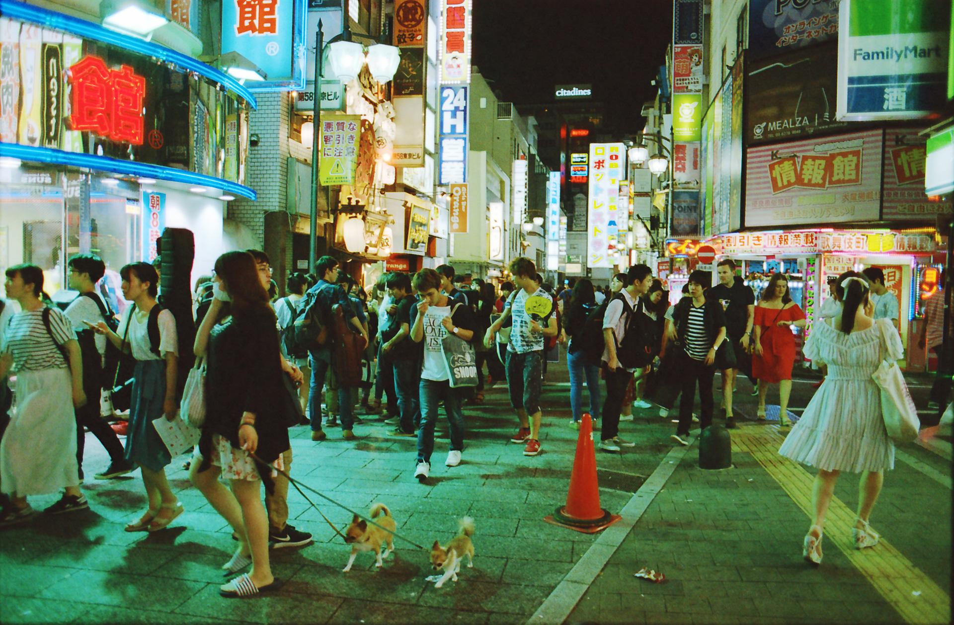 歌舞伎町 道路 Canon EOS-1, EF 28mm F1.8 USM, Lomography 800