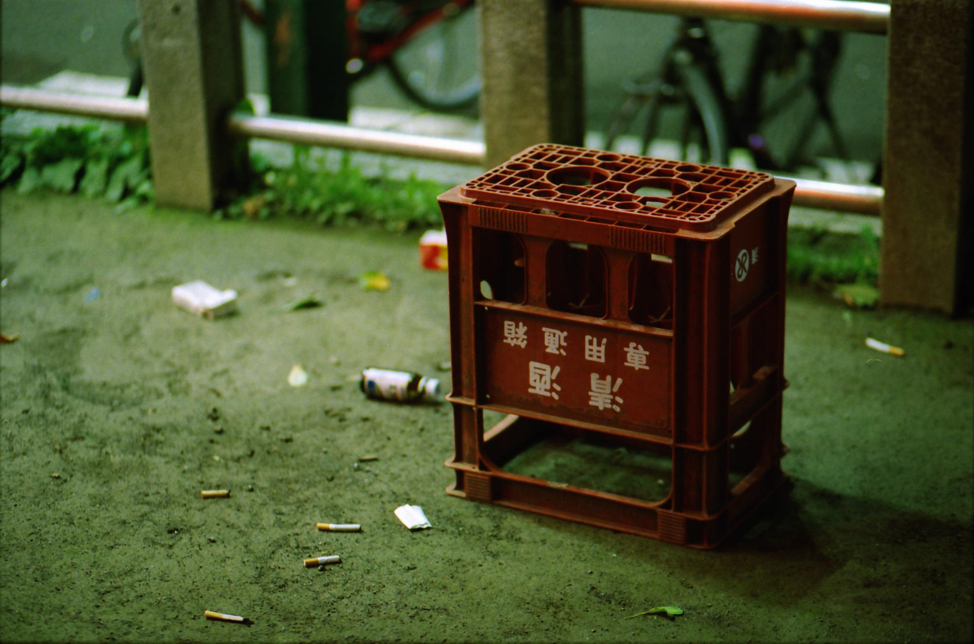 歌舞伎町 ビールケース Canon EOS-1, EF 85mm F1.8 USM, Lomography 800